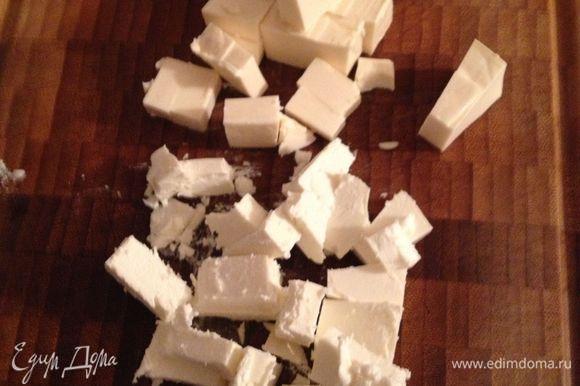 брынзу и сырок порезать на кубики