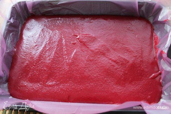 Застилаем прямоугольную форму подходящим по размеру целлофановым пакетом. (Плёнку пищевую я не очень люблю, она слишком тонкая, с ней работать неудобно, как и с пергаментом). Выливаем соус, разравниваем, даём застыть в холодильнике.