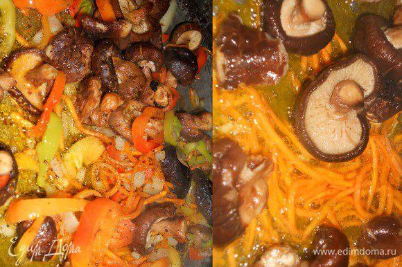Для начала нужно вымочить грибы шиатаке - я их вымачивала с утра и до ужина, промывала все время меняя воду и к вечеру получилась целая мисочка грибов.Затем нужно нарезать морковь соломкой и обжарить с грибами на масле, добавить нарезанный соломкой лук и болгарский перец, посолить и поперчить, влить соевый соус и протушить 3-4 минуты.Снять с огня.