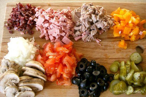 Смешайте в миске томатный соус, майонез, специи, соль и перец. Хорошенько смажьте раскатанное тесто. Порежьте кубиками болгарский перец,репчатый лук и вареное мясо. Помидоры и грибы - полукольцами, а маринованные огурцы и маслины кружочками. Поверх соуса выложите все ингредиенты и в конце обильно посыпьте тертым сыром. Выпекайте пиццу в духовке примерно 10 минут. Приятного аппетита!