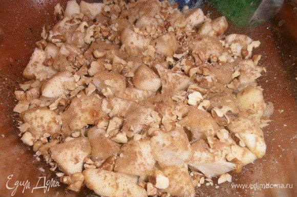 Грецкие орехи порубим и тоже посыпаем сверху на яблоки.