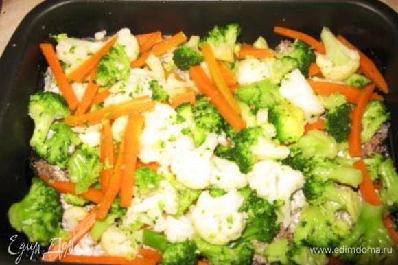 Хорошо смазываем соусом, выкладываем половину овощей.