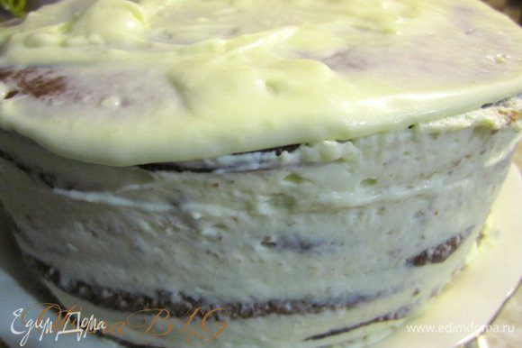 Поставить охлаждается на 3-5 часов. После охлаждения перевёрнуто торт на блюдо.