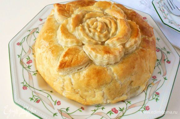 Выпекать 20-25 минут до золотистого цвета и увеличения теста в объёме. Затем следует остудить пирог в течении 40-50 мин. и подавать в тёплом виде (сыр долго сохраняет тепло),