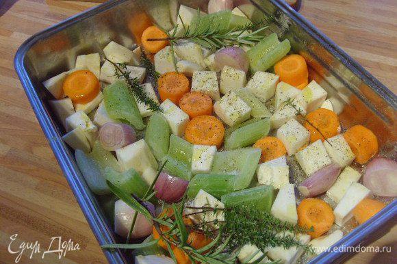 Овощи очистить, порезать, сложить в противень, посолить, поперчить, сбрызнуть маслом, добавить травки.