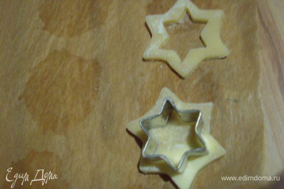 Тесто раскатать на посыпаной мукой поерхности толщиной около 0,5 см, выдавить формочками цветы, звёзды, сердца диаметром ок. 4 см приблизительно в равных количествах.
