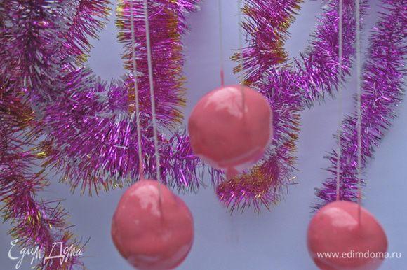 Покрыть шарики глазурью и дать ей застыть. По желанию можно нанести любой узор.