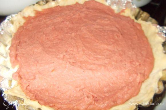Достаем подрумяненное тесто из духовки.Выкладываем на него клюквенную начинку