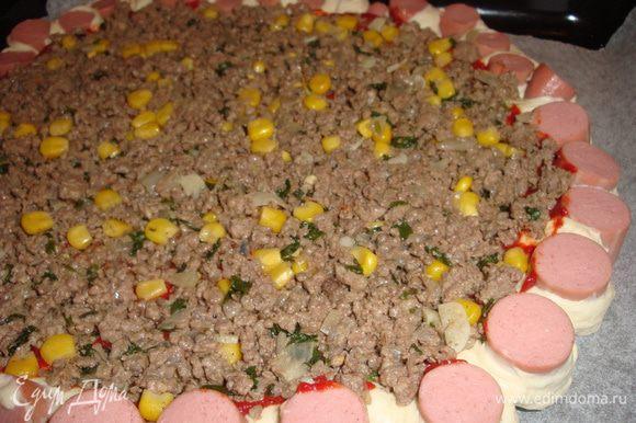 Делаем надрезы как на фото каждый 1-2 см, и разворачиваем сосиской кверху, в центр пиццы выкладываем начиночку.