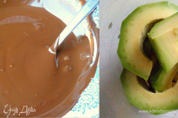 шоколад растворяем, авокадо нарезаем на кусочки