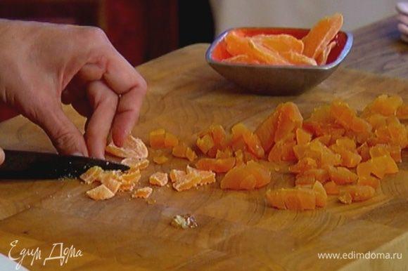 Курагу и цукаты из манго нарезать небольшими кусочками.