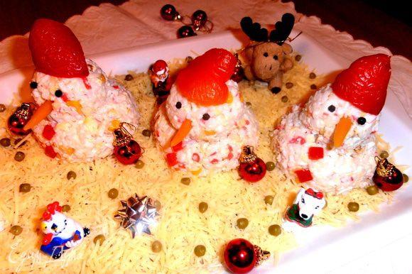 """До праздничного стола отправляем """"ребят"""" в холодильник!Кстати,из салата выйдет 5 таких снеговичков)))Хватит всем!"""