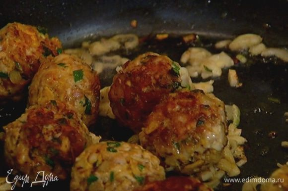 Выложить в сковороду измельченные помидоры, перемешать, накрыть крышкой и готовить еще 5–7 минут.