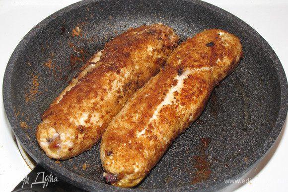 Разогреть в сковороде оливковое масло и обжарить рулетики со всех сторон.