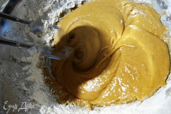 Постепенно вливая теплое молоко, замесить эластичное тесто. Количество молока можно регулировать, все зависит от размера яиц и структуры меда.