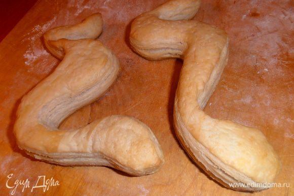Змейки пекутся быстро.После выключения оставим их в духовке,чтобы закрепить форму.