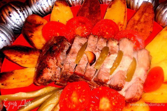 На гарнир отлично подходит картофель,зажаренный лепестками на маргарине в духовке(фирменное блюдо мужа,готовит его целый противень и съедается быстро как чипсы!)