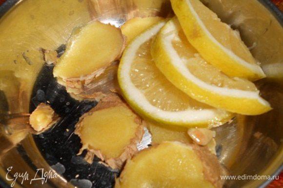 Для начала в мисочку нарезать пластиночками имбирь и 3 дольки лимона - остальной лимон кладем в уже готовый глинтвейн.