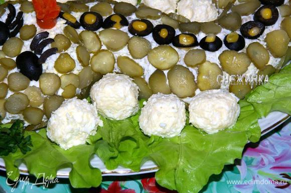 «Яйца» делаем, соединив все ингредиенты, натёртые на тёрке. Добавляем немного майонеза и лепим кружочки.