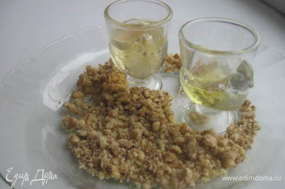 Размять орехи, советую пользоваться ступкой, т. к. при этом способе выделяется ореховое масло, смешать с медом.
