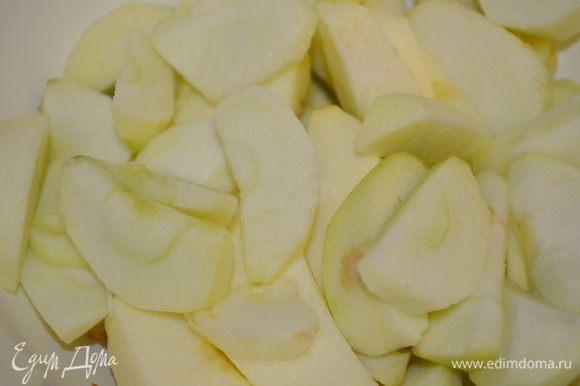готовим начинку: яблоки моем, чистим и режем на крупные кубики