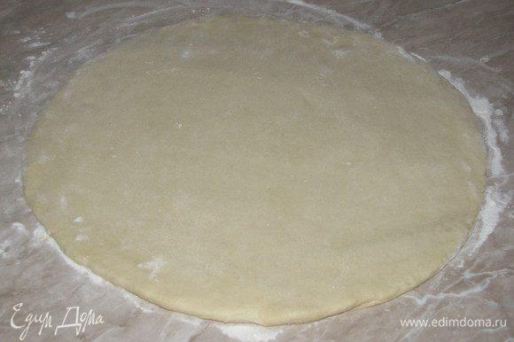 Разделим тесто на две одинаковые части. И раскатаем обе части в круг на присыпанном мукой столе (толщина примерно 1 см). Получится два больших пирога!