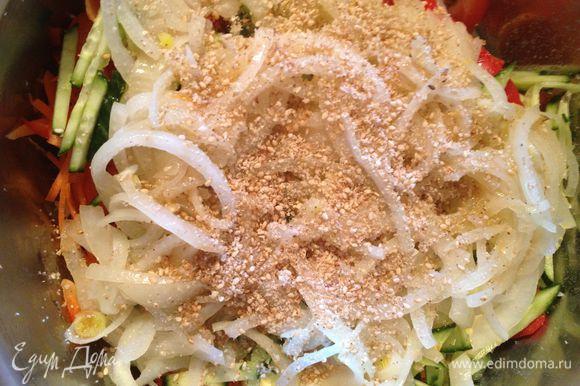 лук добавить к гребешку, посыпать кунжутными семечками (лучше его немного размолоть), добавить кунжутное масло