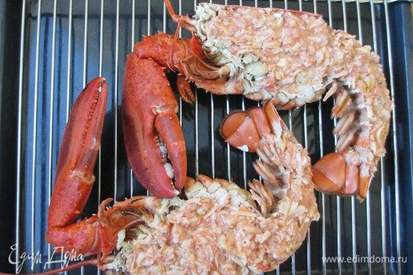 Мясо омара, креветок перемешать с тертым сыром и луком, добавить пармезан, сливки и соус из тертых помидоров. Начинку перемешать и посолить. Наполнить начинкой панцирь омара. Мягкий сыр размять и посыпать им начинку. Выложить омара на противень и запекать до образования румяной корочки - 10-15 минут при 200 градусах.