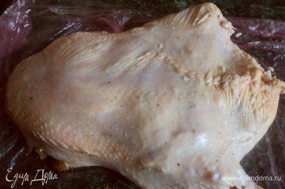Начинить начинкой курицу и зашить швы кулинарной ниткой (не забыть потом снять после готовности!). Смешать соевый соус, мед и остатки растительного масла и хорошо смазать этой смесью курицу.
