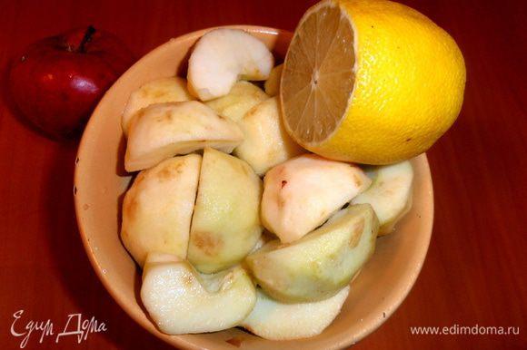 Яблоки очистить полностью и полить выжатым лимонным соком.
