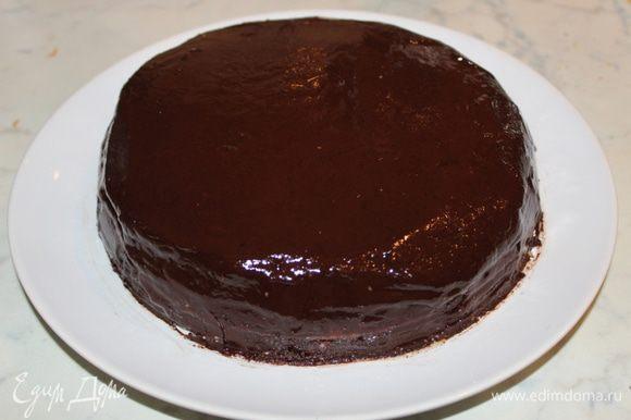 Повторить то же самое со вторым коржом. Накрыть третьим коржом. Остатками ганаша обмазать стенки и верх торта. Украсить по желанию. Желательно на ночь оставить для пропитки.
