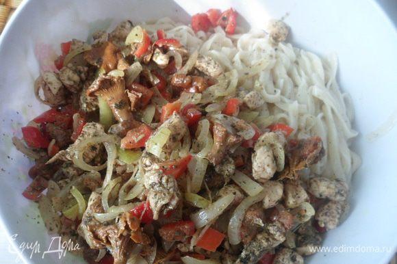 Овощи с мясом добавить к пасте. Перемешать.