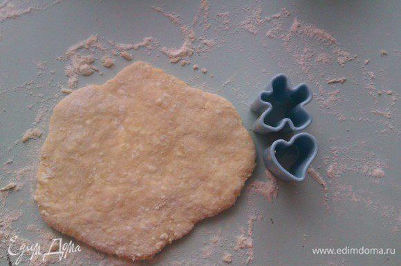 Разделить тесто на несколько частей. Взять 1 часть и расплющить ее руками в лепешку примерно 7-10 мм толщиной.
