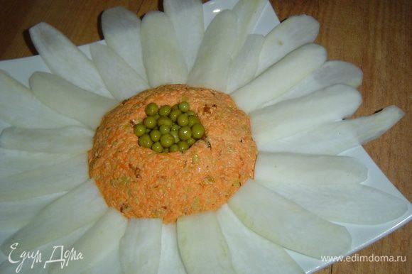 В углубление кладем зеленый горошек,а в центр помещаем кружочек из яичного белка.