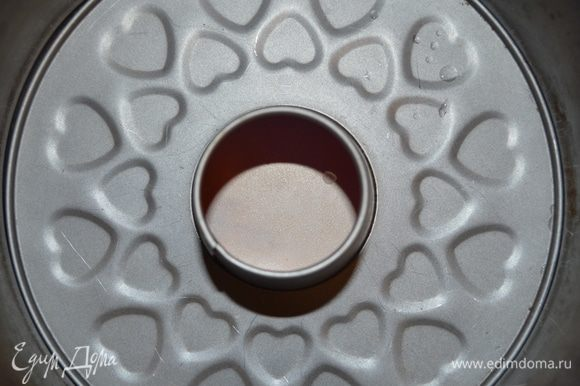 кольцевую форму для пирога смазать сливочным маслом