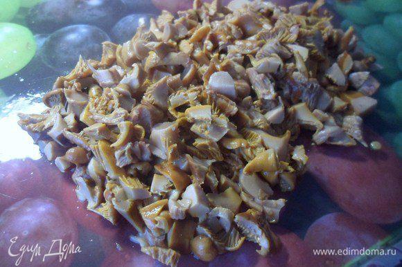 Мелко нарезать грибы.