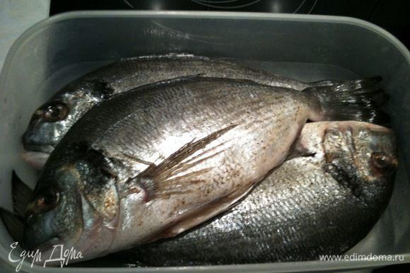 Рыбу выпотрошить и промыть, обсушить. Посолить и поперчить по вкусу. Рекомендую не добавлять к рыбе никаких дополнительных специй...