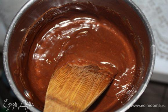 Отделить белки от желтков. Как только шоколад растопится,снять с огня, добавить желтки и быстро-быстро перемешать деревянной лопаткой.