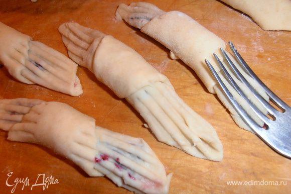 Теперь самое забавное:вилкой прижимаем оба конца рогалика.В этом и есть секрет названия печенья.Имитируем женскую ручку с тонкими пальчиками,а заодно прячем начинку.