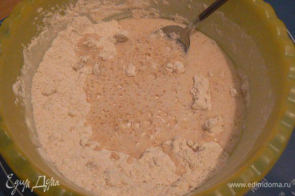 влить дрожжевой коктейль, замесить тесто ,после добавить мягкое масло и продолжить замес.