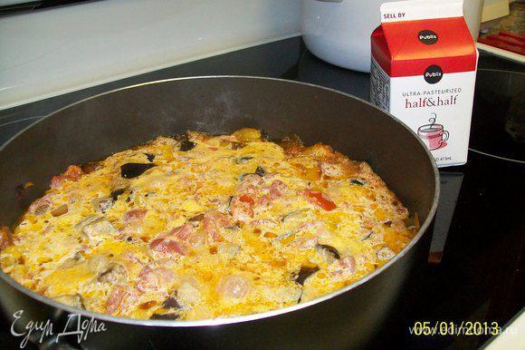 после того,как соус слегка загустеет,добавляем сливки,потом вино,перемешиваем и