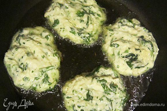 В сковороде нагреть растительное масло. Ложкой выкладываем котлетки.