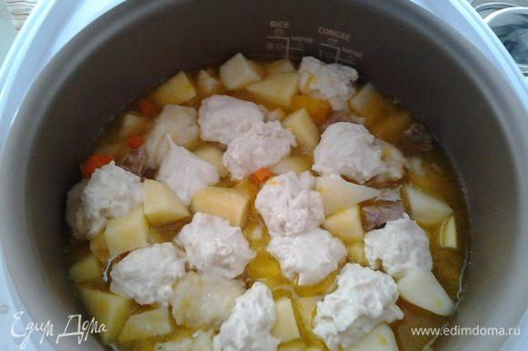 """Добавляем картофель, выкладываем тесто (по возможности, можно сделать это красиво, но если нет времени...), добавляем специи, включаем программу """"Суп/пароварка"""" еще на 0,5 часа."""