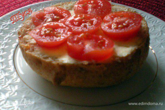 Хлеб нарезать ломтиками, смазать сливочным маслом.