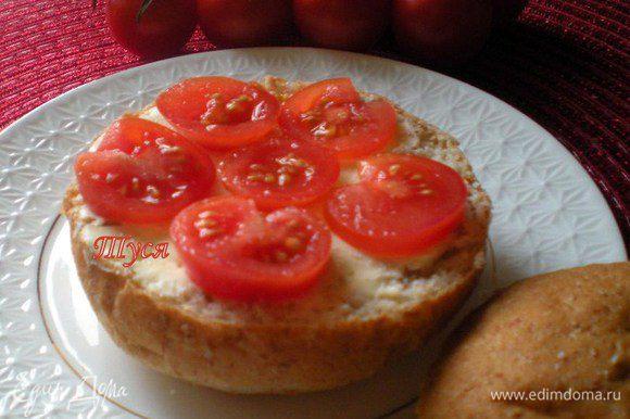 Помидоры нарезать колечками. Положить их на хлеб с маслом и присолить. Угостите своих нехочух!!!