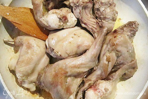 В большой глубокой сковороде разогреть 2 ст. л. оливкового масла. Обжарить куски кролика, по 5 мин. с каждой стороны.