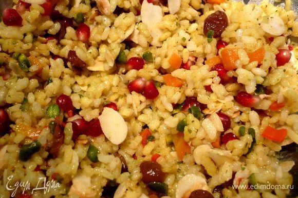 Теперь осталось только смешать наш рис с цедрой апельсина, гранатом, лепестками миндаля и фисташками. Приятного аппетита!