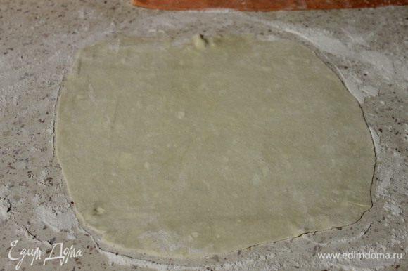 Через час достаем тесто из холодильника, скатываем его в колбаску и делим на 9 равных частей. Каждую часть раскатываем и выпекаем на сухом противне, припыленном мукой, 5-7 минут, при температуре 200 градусов (коржи нужно проткнуть вилкой в нескольких местах, чтобы они в процессе выпекания не пузырились).