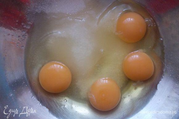 Для приготовления бисквита, высыпать сахар и вбить яйца в миску.