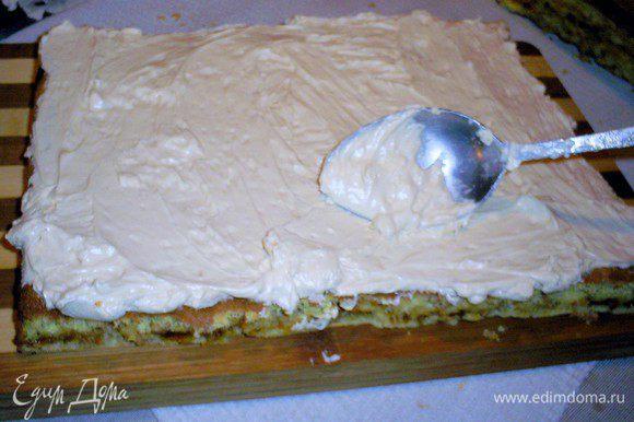 Испеченные и охлажденные коржи смазываем кремом. Верх и бока торта тоже смазываем кремом и посыпаем тертым шоколадом. Даем настояться пару часов при комнатной температуре и отправляем на ночь в холодильник. Как сделать праздничные украшения для торта можно посмотреть здесь http://www.edimdoma.ru/posts/3532. Приятного аппетита!!!